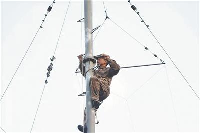 浙江省军区某无线电分队三级军士长吕应科十几年如一日坚守巡检一线—— 默默的登攀者