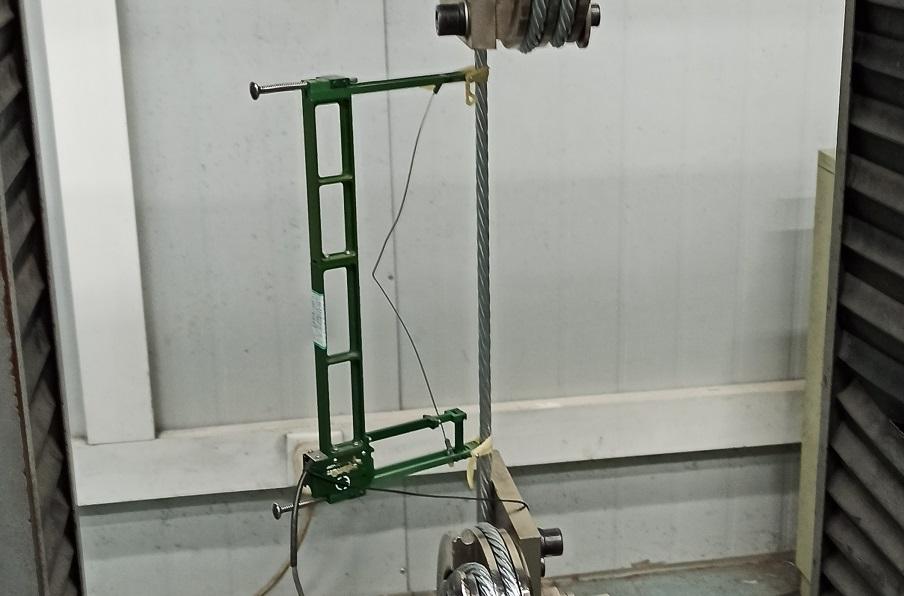 传统引伸计用于钢丝绳测量.jpg