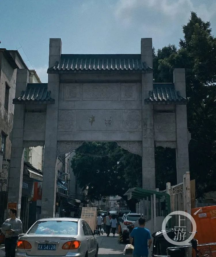 2月27日,贮立在泮塘五约入口处的石牌坊。/记者 王敏