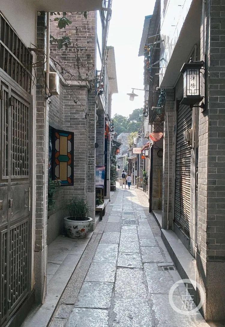 泮塘五约村中的麻石巷,是村子主干道之一。/记者 王敏