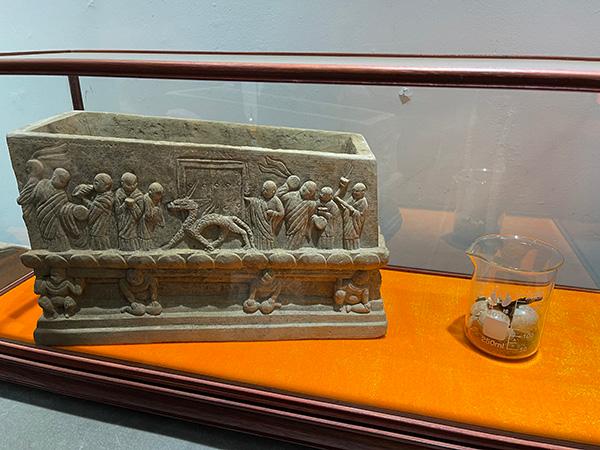 被盗的石棺及石棺中存放的舍利。