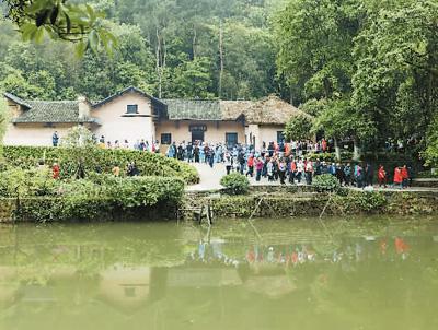 重新开放的毛泽东同志故居景色优美,游人如织。故居前的水面为南岸塘。毛泽东少时曾时常在此处游泳。 宋斌 摄