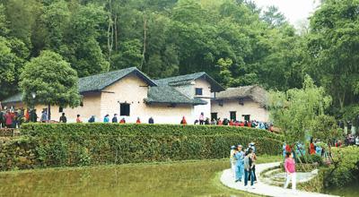 """这张照片拍摄于毛泽东同志故居重新开放之际。许多参观者穿上""""中国工农红军军服""""前来参观。宋斌 摄"""