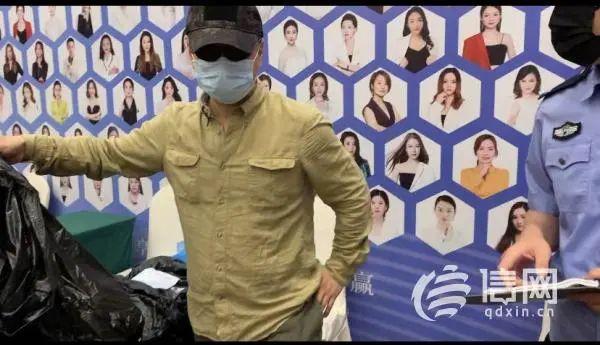 王海与信网记者协助警方突击现场 (来源:信网)
