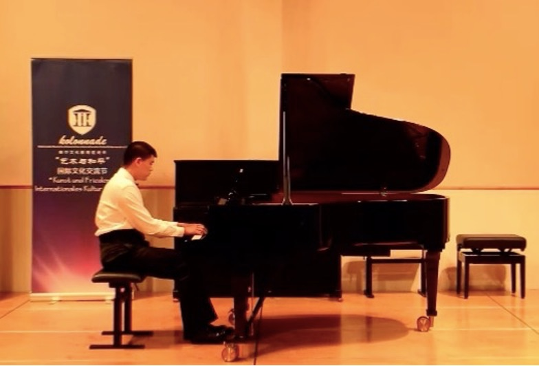 刘翰文在德国参加文化交流演出。