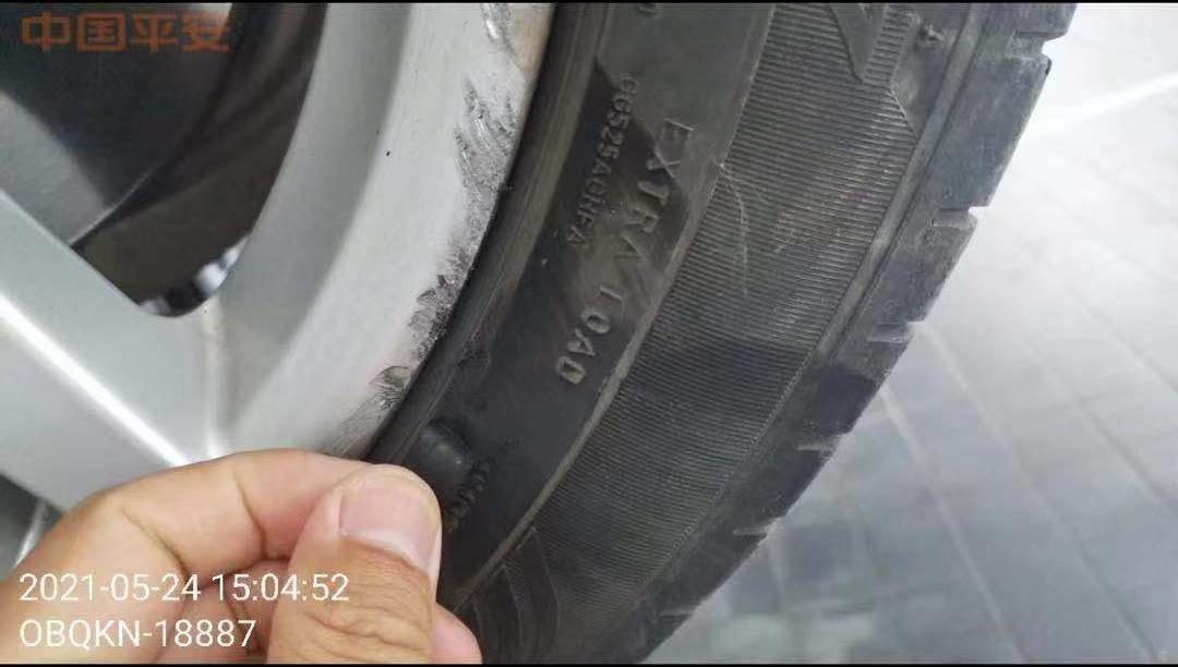 轮胎也有受损。