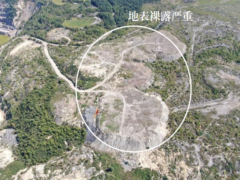 2021年9月4日,督察组使用无人机拍摄,乌拉嘎金矿排土场种树2万棵、不足计划20%,平整场地7公顷、不足总面积7%,地表裸露严重。