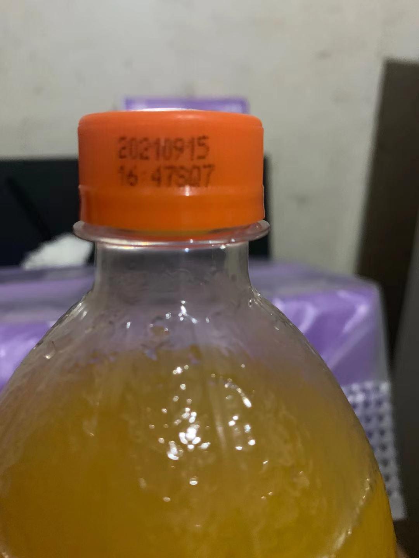 饮料的生产日期为2021年9月15日,瓶口未开封。受访者供图