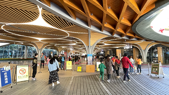 新建不久的九寨沟景区沟口游客服务中心。