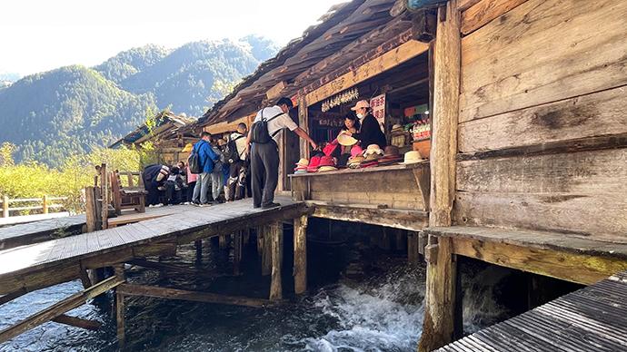 游客在景区内购物。