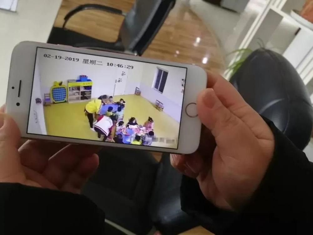 """△ 某幼儿园公共视频,来源:中青网""""青小小""""微信公众号"""